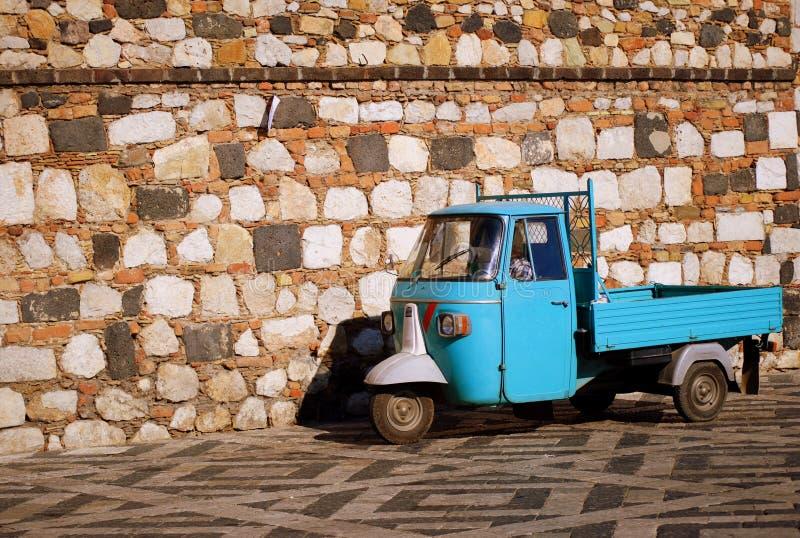μπλε μπροστινός τρίκυκλος τοίχος πετρών μηχανικών δίκυκλων στοκ φωτογραφία με δικαίωμα ελεύθερης χρήσης