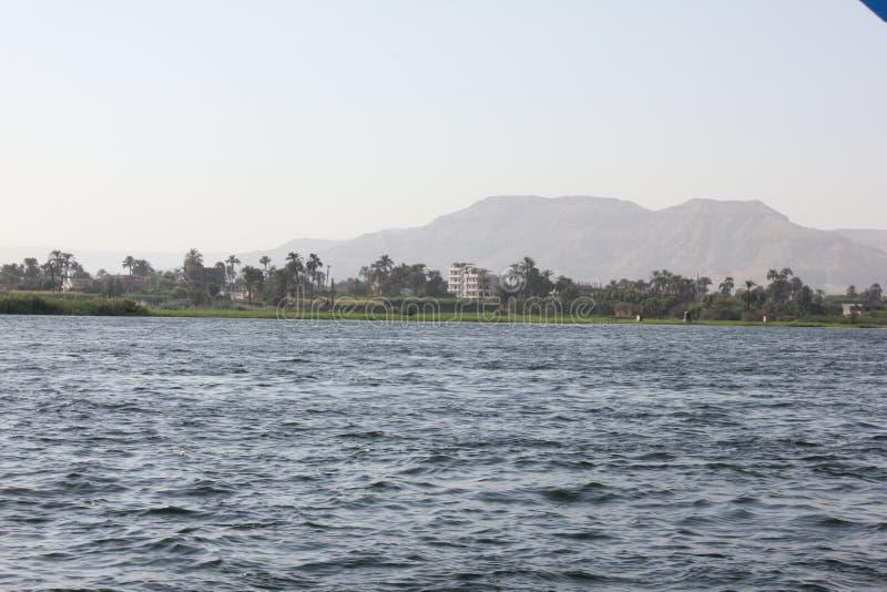 Μπλε νερά του μεγάλου ποταμού Νείλος στοκ εικόνες