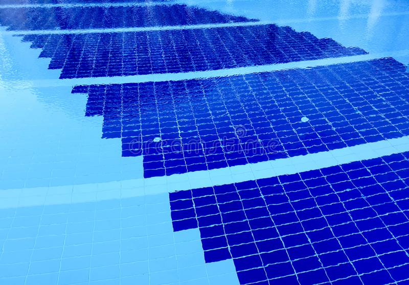 Μπλε νερό λιμνών Throbbing με τις αντανακλάσεις ήλιων στοκ εικόνες