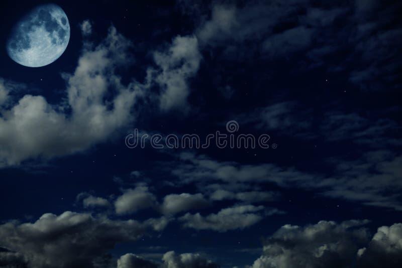Μπλε νεφελώδης ουρανός νύχτας με τα αστέρια και ένα φεγγάρι στοκ φωτογραφία με δικαίωμα ελεύθερης χρήσης