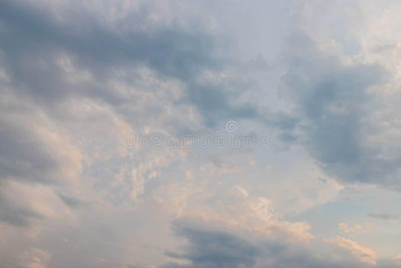 μπλε νεφελώδης ουρανός στοκ εικόνα με δικαίωμα ελεύθερης χρήσης