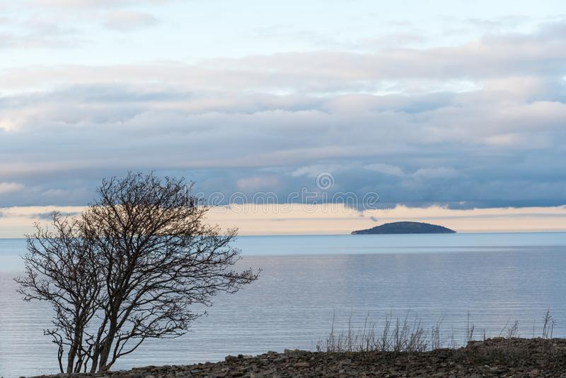 Μπλε νησί μοναξιάς στο ήρεμο νερό στοκ εικόνες