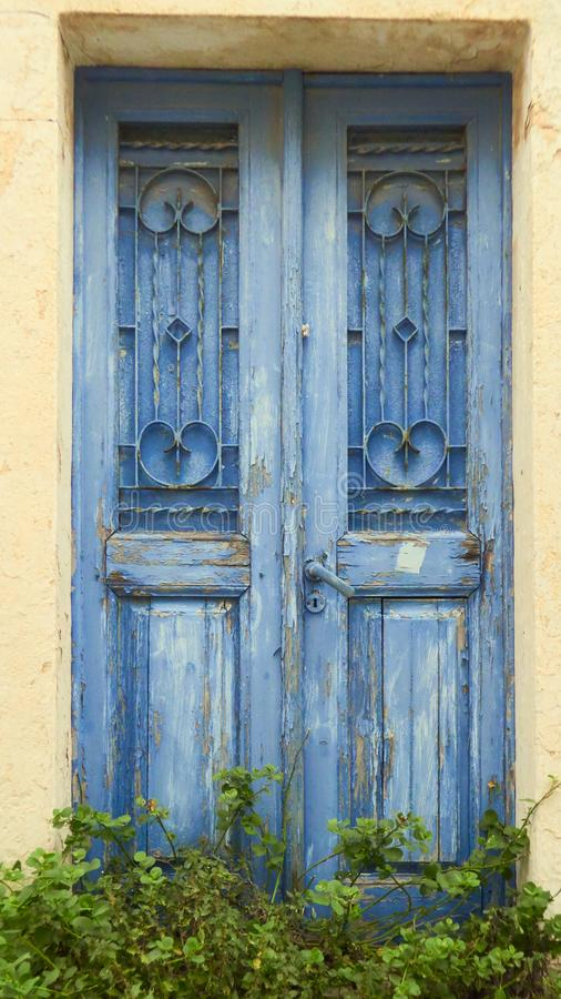 Μπλε ξεπερασμένες ξύλινες πόρτες ενός εγκαταλειμμένου σπιτιού στην Ελλάδα στοκ φωτογραφία με δικαίωμα ελεύθερης χρήσης
