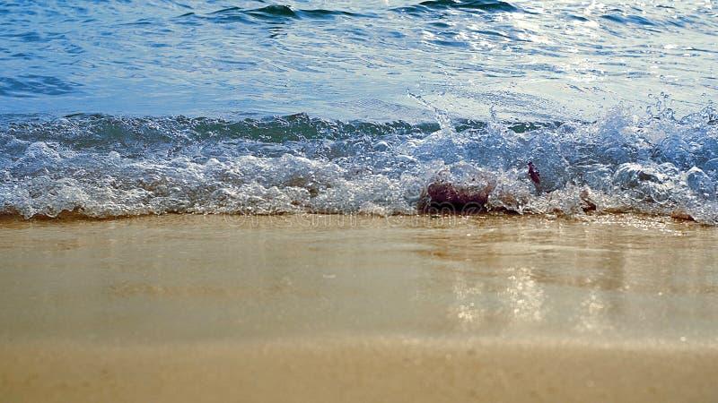 Μπλε ξεχυμένος σαν θάλασσα κύμα θάλασσας στην παραλία στοκ εικόνες