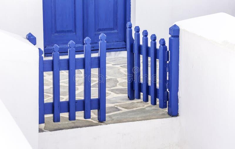 Μπλε ξύλινη παραδοσιακή πύλη στην Ελλάδα στοκ φωτογραφίες