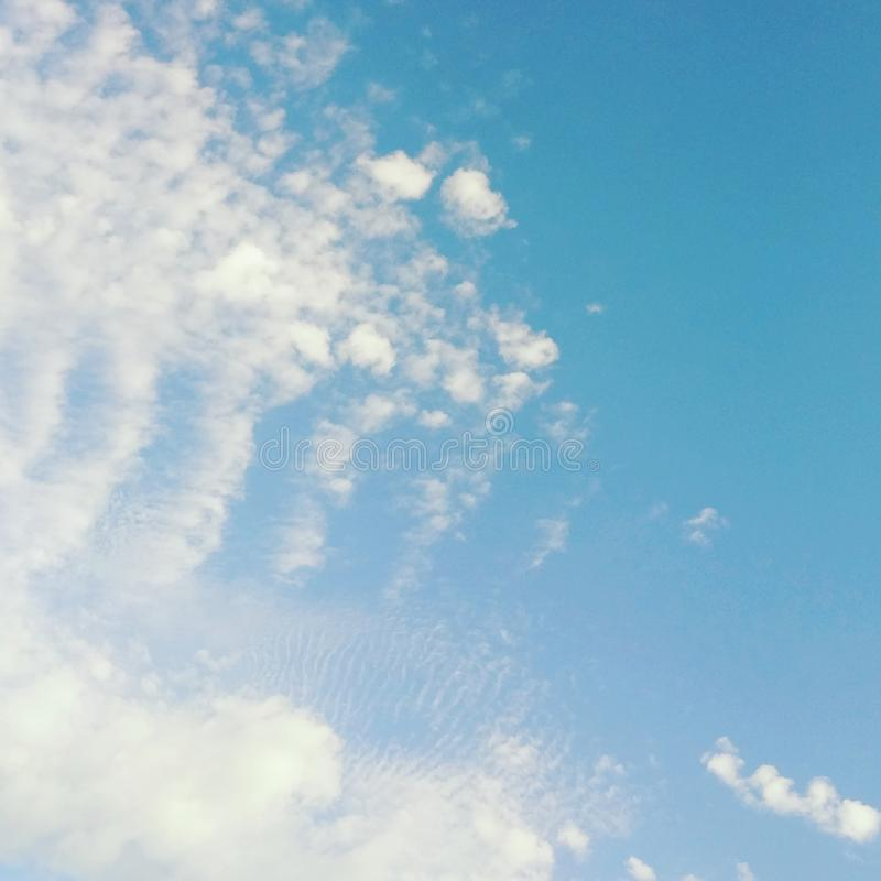 Μπλε ουρανοί με cirrus και cirrocumulus τα σύννεφα στοκ εικόνες