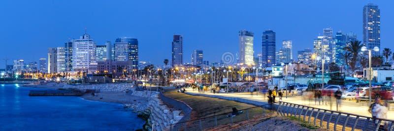 Μπλε ουρανοξύστες πόλεων νύχτας ώρας του Ισραήλ πανοράματος οριζόντων του Τελ Αβίβ στοκ εικόνα