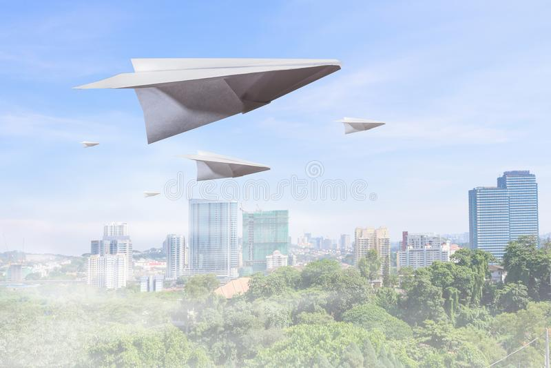 μπλε ουρανός αεροπλάνων εγγράφου στοκ εικόνες με δικαίωμα ελεύθερης χρήσης
