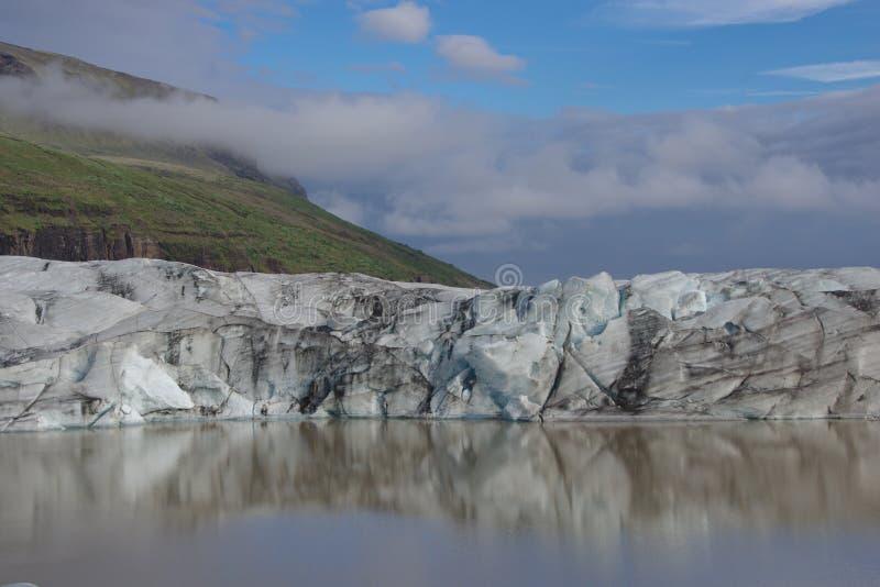 Μπλε ουρανός αντανάκλασης παγετώνων της Ισλανδίας νεφελώδης στοκ φωτογραφία