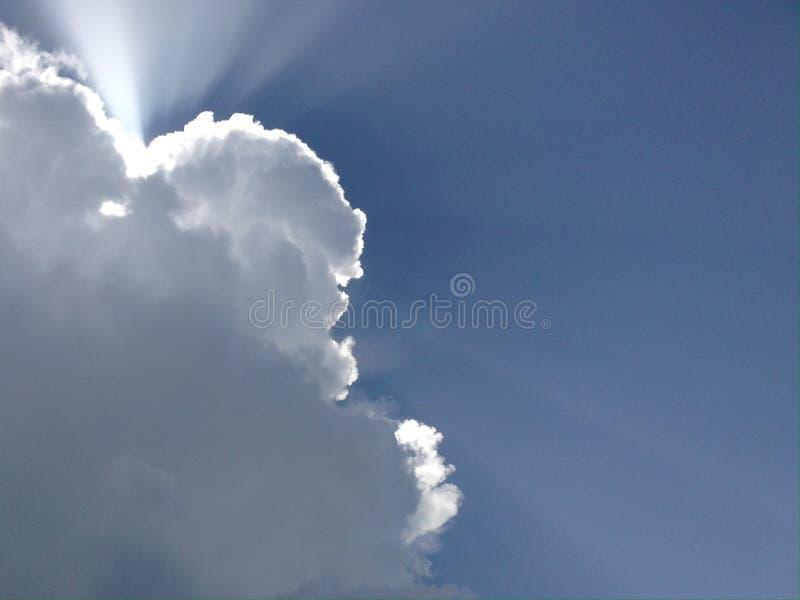 Μπλε ουρανός και άσπρα σύννεφα με τις ακτίνες του ήλιου στοκ φωτογραφίες με δικαίωμα ελεύθερης χρήσης