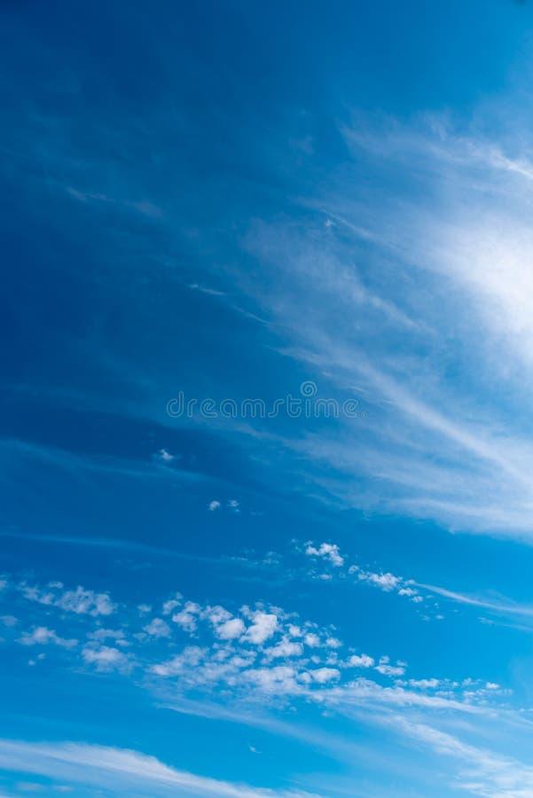 μπλε ουρανός και άσπρο σύννεφο στοκ εικόνα