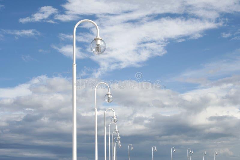 Μπλε ουρανός και λαμπτήρες μαγισσών υποβάθρου στοκ φωτογραφίες