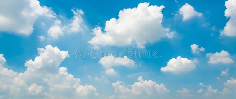 Μπλε ουρανός και μικροσκοπικά σύννεφα στοκ εικόνα