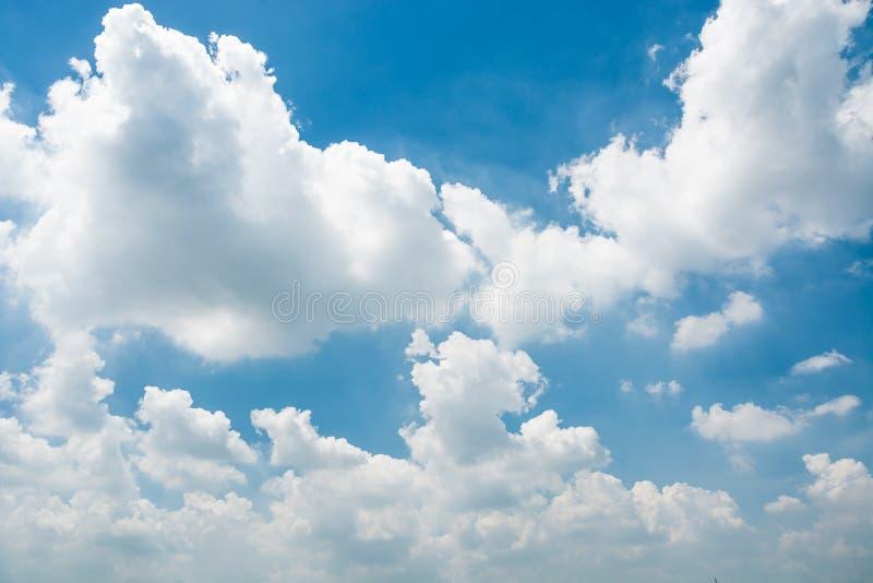 Μπλε ουρανός και μικροσκοπικά σύννεφα στοκ εικόνα με δικαίωμα ελεύθερης χρήσης