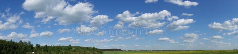 Μπλε ουρανός και όμορφο σύννεφο Σαφές υπόβαθρο τοπίων για τη θερινή αφίσα Η καλύτερη άποψη για τις διακοπές r στοκ εικόνες με δικαίωμα ελεύθερης χρήσης