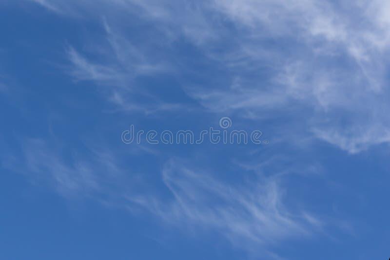 Μπλε ουρανός κινηματογραφήσεων σε πρώτο πλάνο και χνουδωτό υπόβαθρο σύννεφων στοκ εικόνες