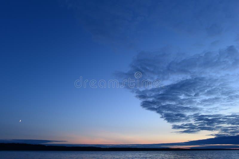 Μπλε ουρανός λυκόφατος με ένα φεγγάρι αύξησης στο ηλιοβασίλεμα στοκ εικόνα με δικαίωμα ελεύθερης χρήσης