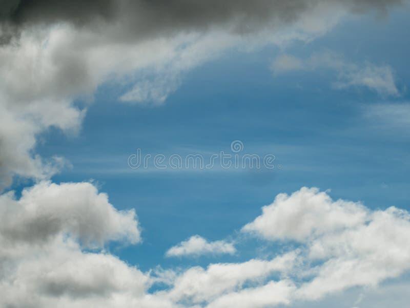 Μπλε ουρανός μερικά άσπρα σύννεφα στοκ φωτογραφίες