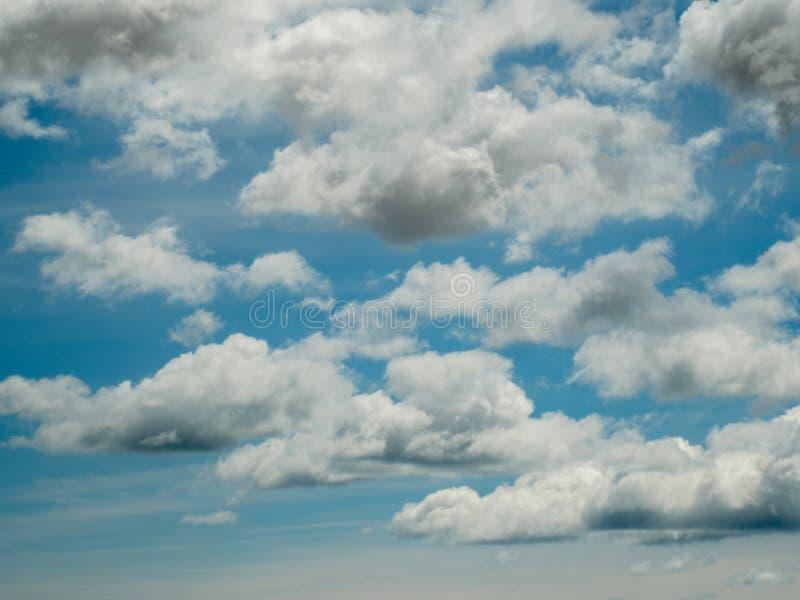 Μπλε ουρανός μερικά άσπρα σύννεφα στοκ εικόνες