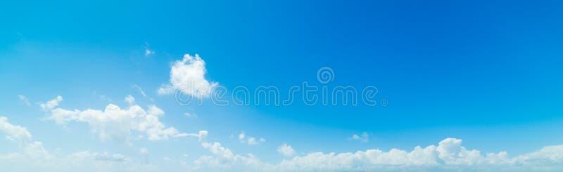 μπλε ουρανός με τα άσπρα, μαλακά σύννεφα στοκ εικόνες