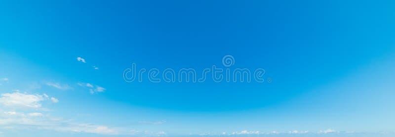 Μπλε ουρανός με τα άσπρα μικρά σύννεφα στοκ εικόνες με δικαίωμα ελεύθερης χρήσης