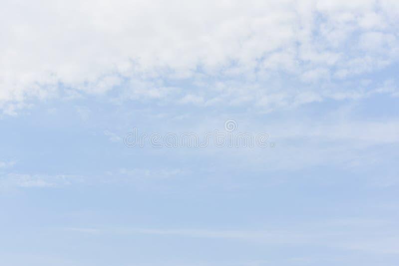 Μπλε ουρανός με τα άσπρα σύννεφα για το υπόβαθρο περιλήψεων ή φύσης στοκ φωτογραφίες με δικαίωμα ελεύθερης χρήσης