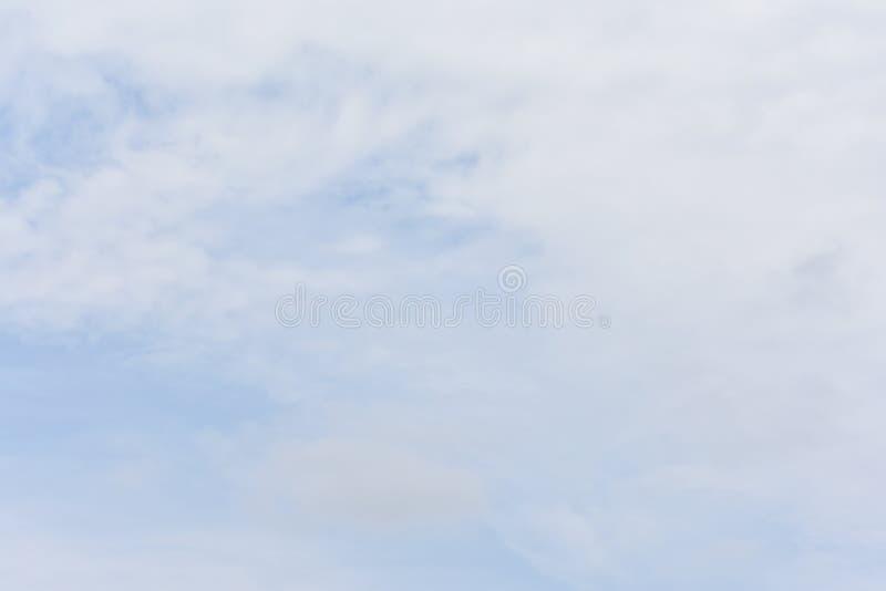 Μπλε ουρανός με τα άσπρα σύννεφα για το υπόβαθρο περιλήψεων ή φύσης στοκ φωτογραφίες