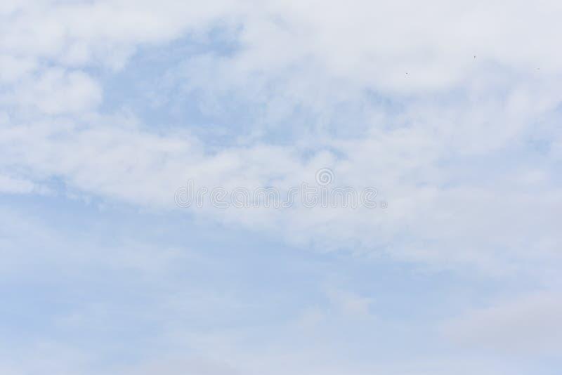 Μπλε ουρανός με τα άσπρα σύννεφα για το υπόβαθρο περιλήψεων ή φύσης στοκ φωτογραφία
