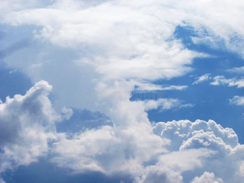 μπλε ουρανός με τα άσπρα χνουδωτά σύννεφα στοκ φωτογραφία με δικαίωμα ελεύθερης χρήσης