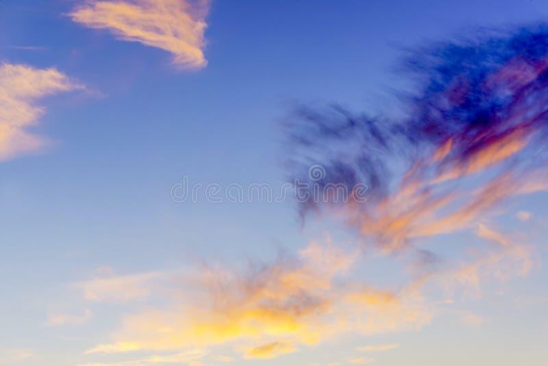 Μπλε ουρανός με τα ζωηρόχρωμα σύννεφα στοκ φωτογραφία με δικαίωμα ελεύθερης χρήσης