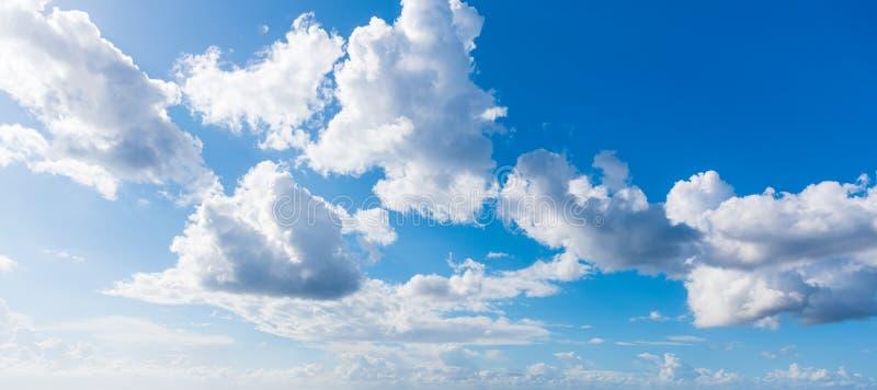 Μπλε ουρανός με τα μαλακά σύννεφα στοκ φωτογραφία με δικαίωμα ελεύθερης χρήσης