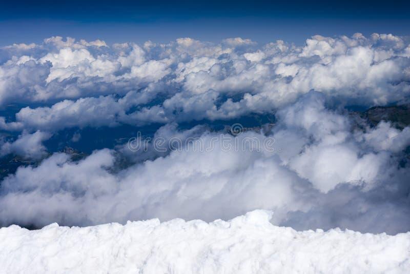 Μπλε ουρανός με τα σύννεφα, άποψη από Jungfraujoch, Ελβετία στοκ εικόνα