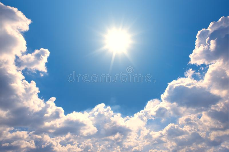 Μπλε ουρανός με τα σύννεφα και την αντανάκλαση ήλιων Ο ήλιος λάμπει φωτεινός μέσα στοκ εικόνες με δικαίωμα ελεύθερης χρήσης