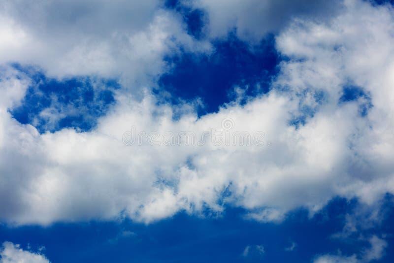 Μπλε ουρανός με τα σύννεφα που καταπλήσσουν τις ταπετσαρίες υποβάθρων υψηλές - τυπωμένες ύλες Καλών Τεχνών ποιοτικού ψηφίσματος στοκ φωτογραφία με δικαίωμα ελεύθερης χρήσης