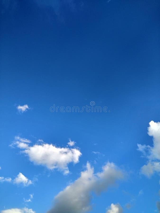 Μπλε ουρανός με την άσπρη ημέρα άνοιξη σύννεφων στοκ εικόνα