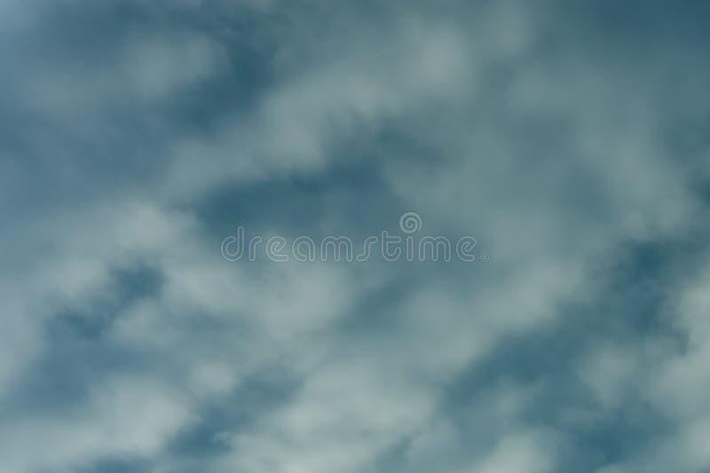 Μπλε ουρανός με την καθαρή θρησκεία κινηματογραφήσεων σε πρώτο πλάνο σύννεφων στοκ φωτογραφία με δικαίωμα ελεύθερης χρήσης