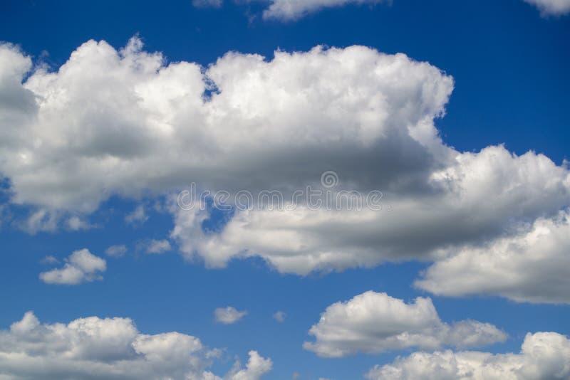 Μπλε ουρανός με τον άσπρο αέρα και τα πολύβλαστα σύννεφα στοκ εικόνα με δικαίωμα ελεύθερης χρήσης