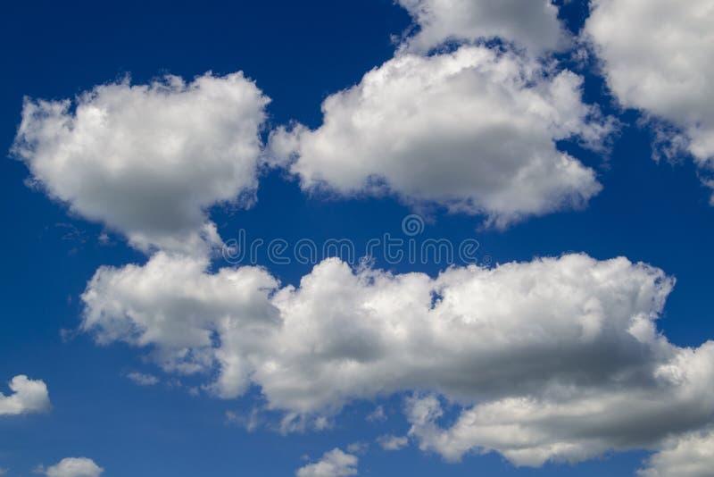 Μπλε ουρανός με τον άσπρο αέρα και τα πολύβλαστα σύννεφα στοκ φωτογραφία με δικαίωμα ελεύθερης χρήσης
