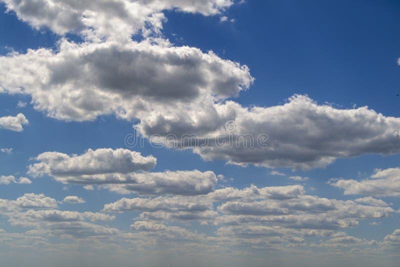 Μπλε ουρανός με τον άσπρο αέρα και τα πολύβλαστα σύννεφα στοκ εικόνες με δικαίωμα ελεύθερης χρήσης