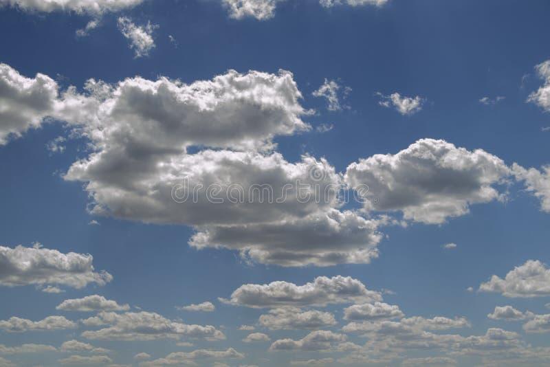 Μπλε ουρανός με τον άσπρο αέρα και τα πολύβλαστα σύννεφα στοκ εικόνα