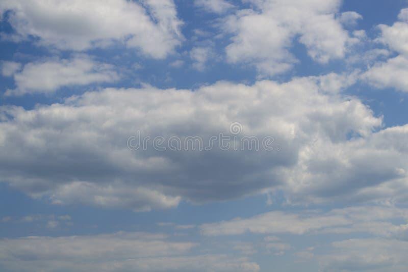 Μπλε ουρανός με τον άσπρο αέρα και τα πολύβλαστα σύννεφα στοκ εικόνες