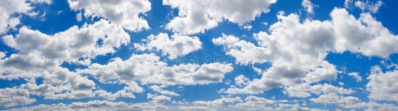 Μπλε ουρανός με το άσπρο πανόραμα τοπίων σύννεφων στοκ φωτογραφία