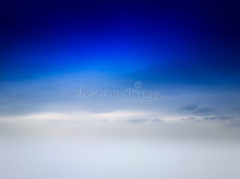 Μπλε ουρανός με το ομιχλώδες κενό υπόβαθρο χειμερινών τοπίων στοκ εικόνες
