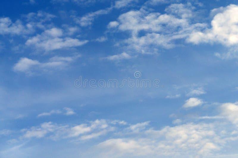 Μπλε ουρανός με το παράλληλο άσπρο καλοκαίρι σύννεφων στοκ φωτογραφία με δικαίωμα ελεύθερης χρήσης