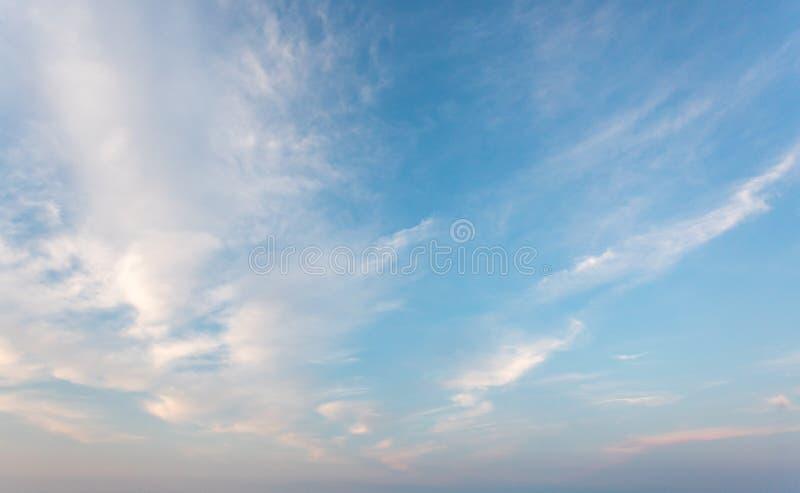 Μπλε ουρανός με το σύννεφο στοκ φωτογραφία
