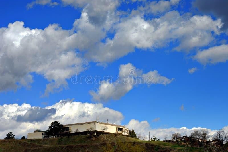 μπλε ουρανός μουσείων skopje στοκ φωτογραφίες