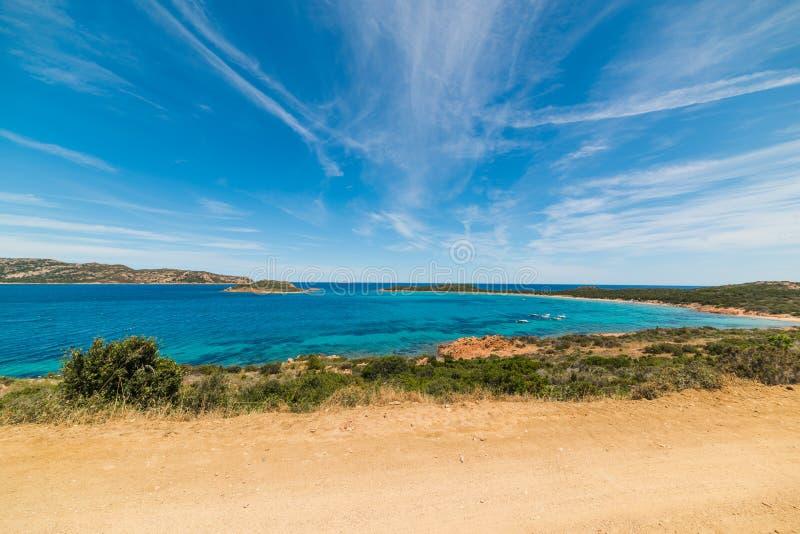 Μπλε ουρανός πέρα από την ακτή Capo Coda Cavallo στοκ φωτογραφίες