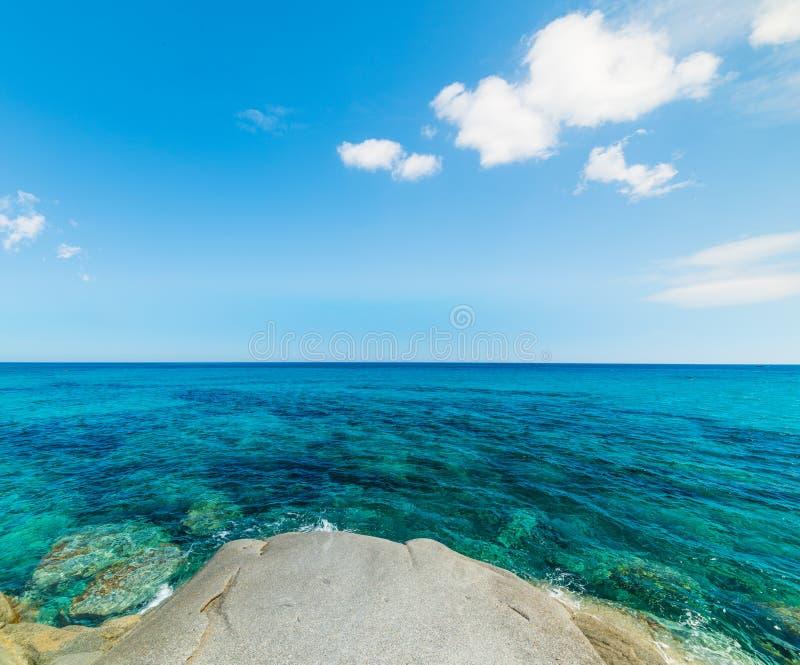 Μπλε ουρανός πέρα από την παραλία Sant ` Elmo στοκ εικόνες