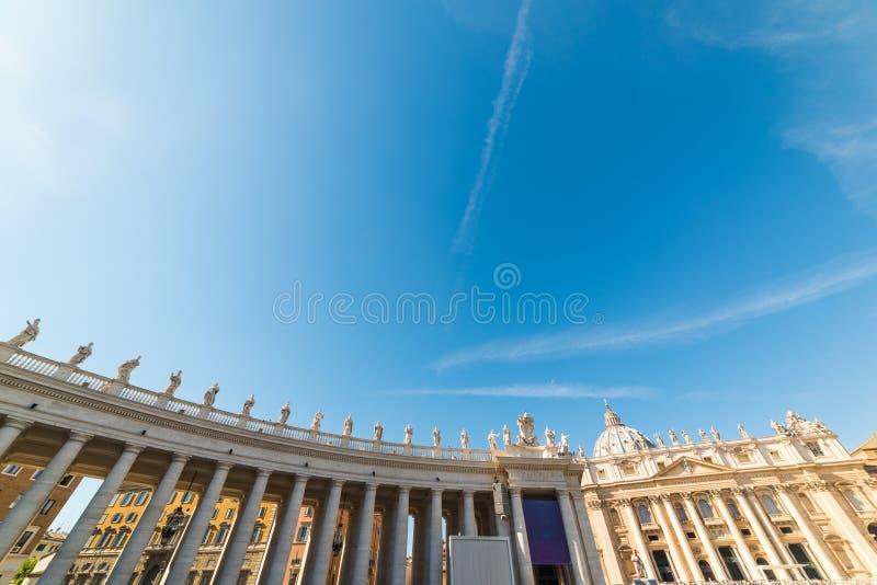 Μπλε ουρανός πέρα από την τετραγωνική κιονοστοιχία Αγίου Peter ` s στοκ εικόνα