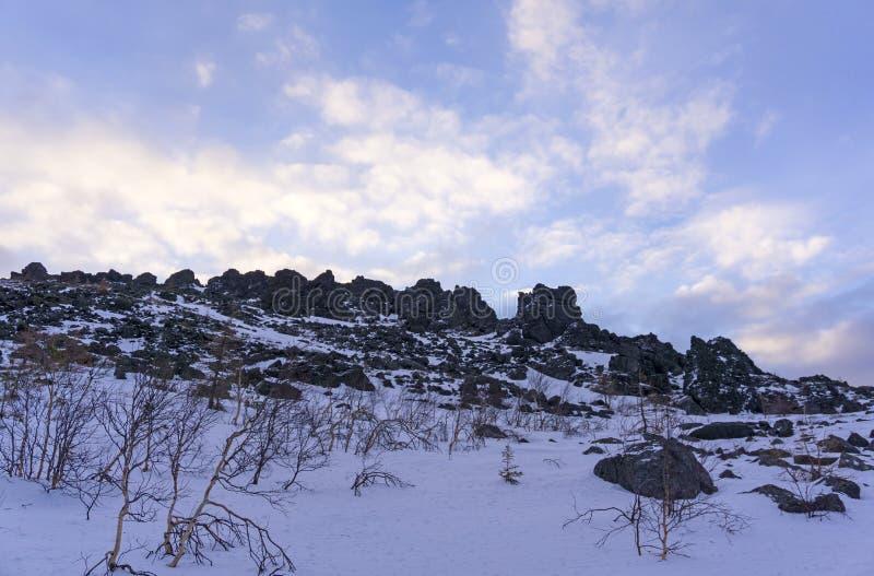 Μπλε ουρανός πρωινού επάνω από την κορυφογραμμή βράχου στα χειμερινά βουνά στοκ φωτογραφίες με δικαίωμα ελεύθερης χρήσης